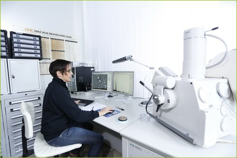 CRB GmbH | Dr. Elke Benner at scanning electron microscope | © CRB Analyse Service GmbH