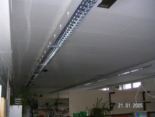 Asbesthaus - Site: Asbestos-containing lightweight panels under fluorescent tubes | © 2019, CRB Analyse Service GmbH | © CRB Analyse Service GmbH