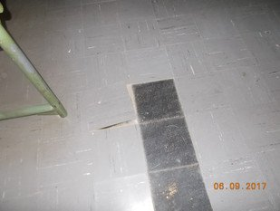 Asbesthaus - Site: Single and 2-layer asbestos-containing floor coverings such as Floor-Flex plates, linoleum + dark bituminous adhesives | © 2019, CRB Analyse Service GmbH | © CRB Analyse Service GmbH